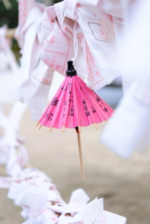 shinto_shrine_japan_wishes_and_umbrellas